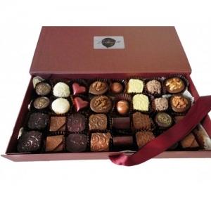 Кутия с 32 бр. ръчно изработени шоколадови бонбони