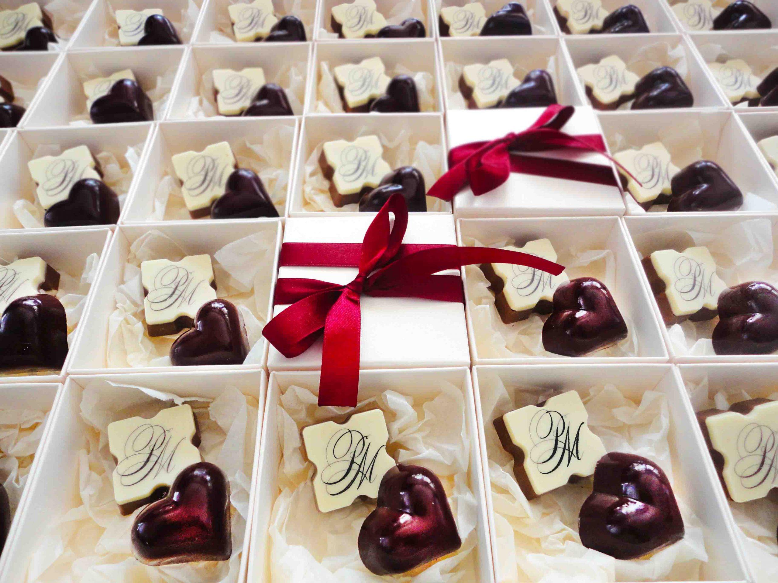 Кутия с бонбони с инициали